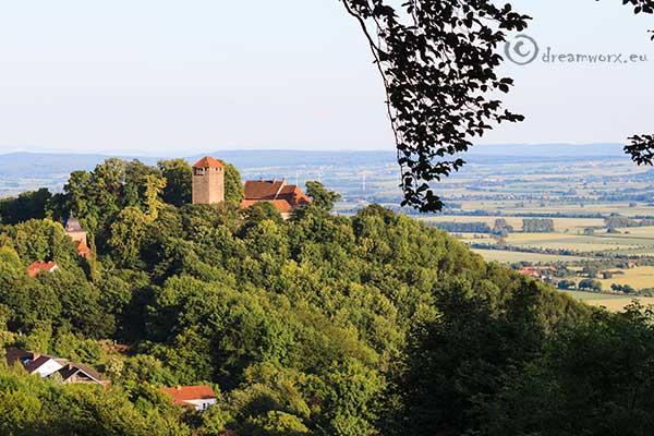 Der Burgname der Schaumburg, früher Schauenburg, beruht wahrscheinlich auf dem weiten Ausblick in das Wesertal.